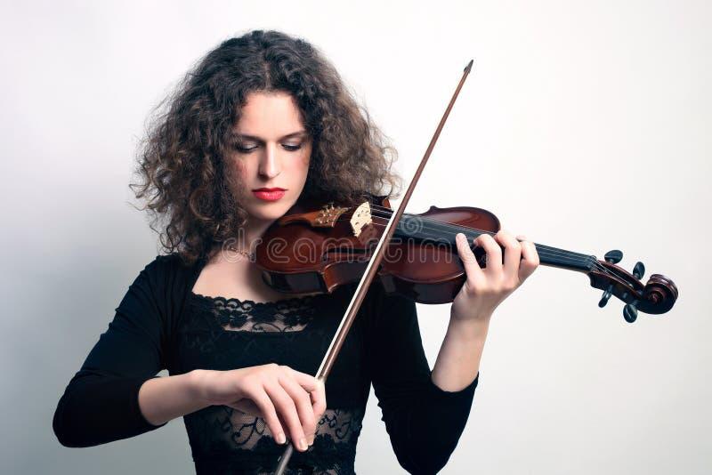 Παιχνίδι μουσικών βιολιστών βιολιών στοκ φωτογραφίες με δικαίωμα ελεύθερης χρήσης
