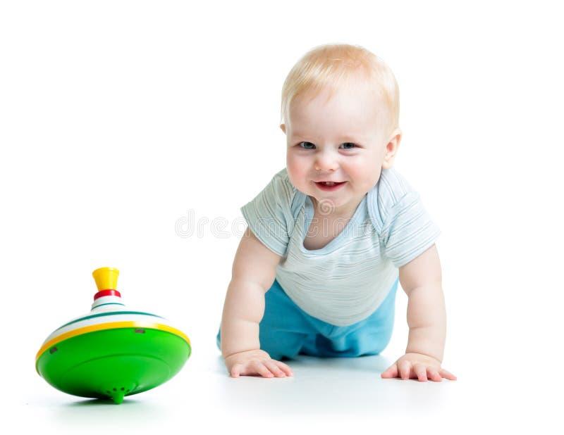 Παιχνίδι μωρών με τη σβούρα παιχνιδιών στοκ εικόνες