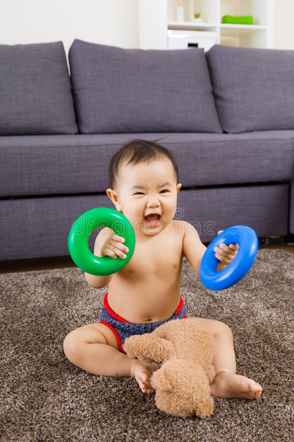 Παιχνίδι μωρών στον τάπητα στοκ εικόνα