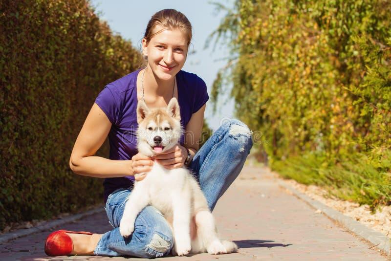 Παιχνίδι νέων κοριτσιών με ένα σκυλί στοκ εικόνα με δικαίωμα ελεύθερης χρήσης