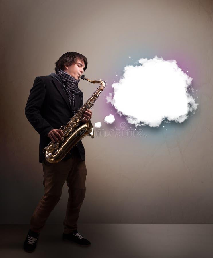 Παιχνίδι νεαρών άνδρων στο saxophone με το διάστημα αντιγράφων στο άσπρο σύννεφο στοκ φωτογραφία