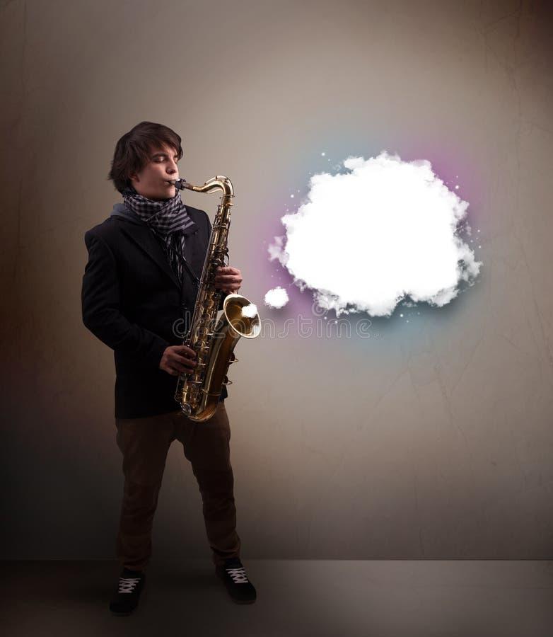 Παιχνίδι νεαρών άνδρων στο saxophone με το διάστημα αντιγράφων στο άσπρο σύννεφο στοκ εικόνα με δικαίωμα ελεύθερης χρήσης