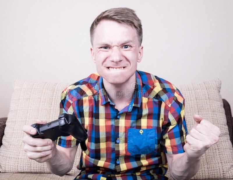 Παιχνίδι νεαρών άνδρων στοκ φωτογραφία με δικαίωμα ελεύθερης χρήσης