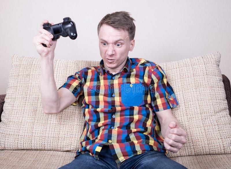 Παιχνίδι νεαρών άνδρων στοκ εικόνες