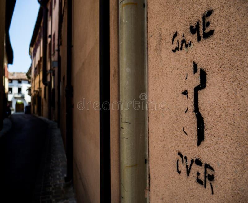 Παιχνίδι πέρα από το πινέλο σε έναν τοίχο σε Rimini Ιταλία στοκ φωτογραφίες
