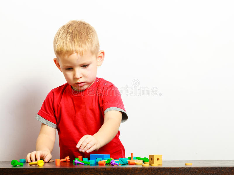 Παιχνίδι παιδιών μικρών παιδιών με το εσωτερικό παιχνιδιών δομικών μονάδων στοκ εικόνες