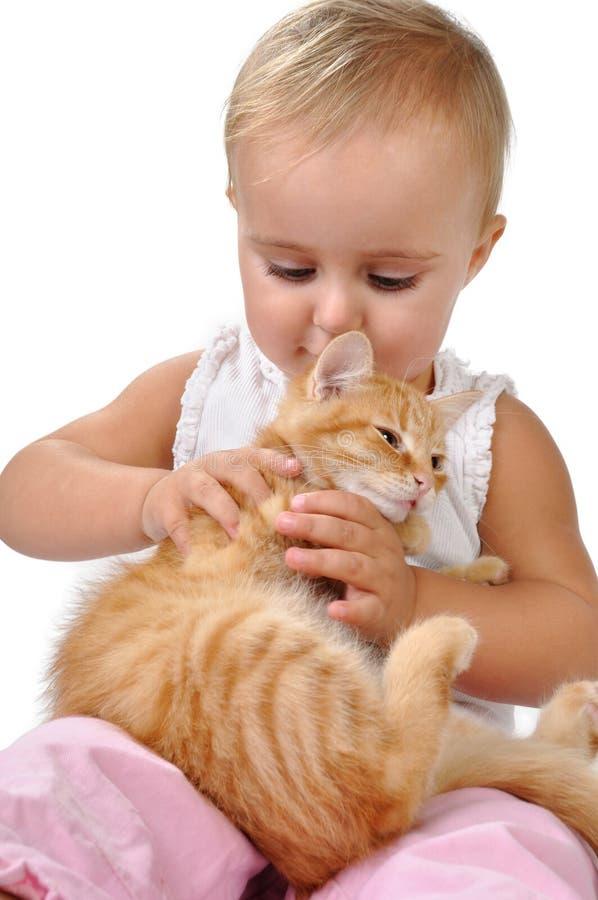Παιχνίδι παιδιών μωρών με ένα γατάκι στοκ εικόνα με δικαίωμα ελεύθερης χρήσης