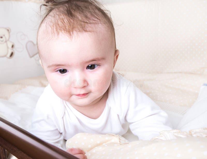 Παιχνίδι παιδιών σε ένα κρεβάτι στοκ εικόνες με δικαίωμα ελεύθερης χρήσης