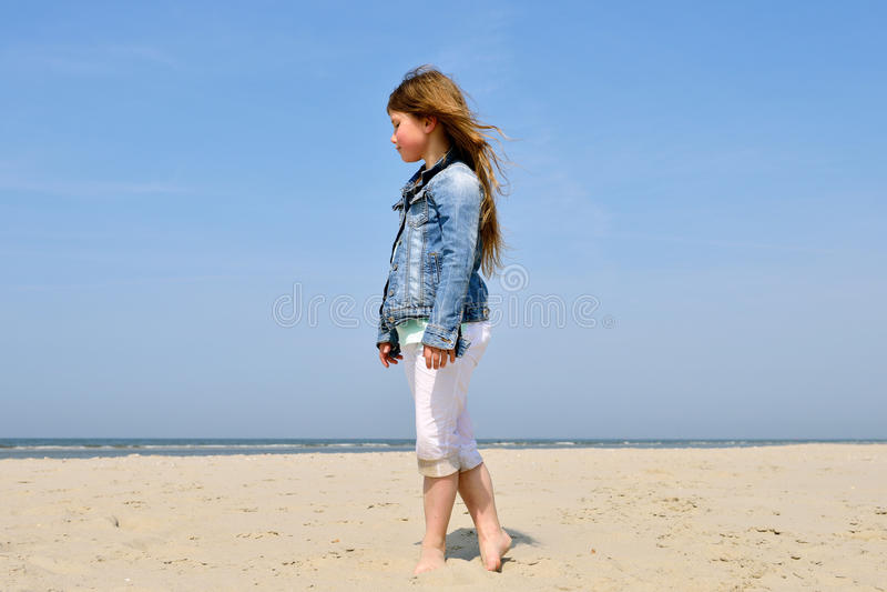 Παιχνίδι παιδιών στην παραλία στοκ φωτογραφία με δικαίωμα ελεύθερης χρήσης