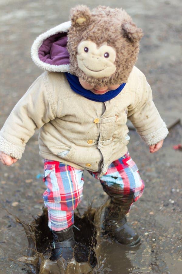 Παιχνίδι παιδιών στη λάσπη στοκ εικόνες με δικαίωμα ελεύθερης χρήσης