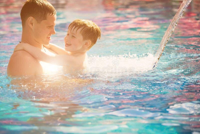 Παιχνίδι πατέρων με το γιο στη λίμνη στοκ εικόνες με δικαίωμα ελεύθερης χρήσης