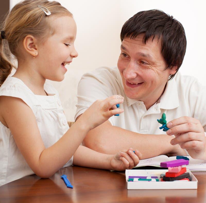 Παιχνίδι πατέρων με το παιδί στο σπίτι στοκ φωτογραφία με δικαίωμα ελεύθερης χρήσης