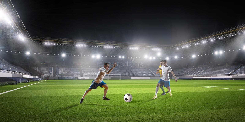 Παιχνίδι ποδοσφαίρου στη δράση στοκ εικόνα