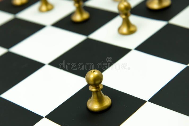 Παιχνίδι σκακιού - πιόνι μόνο στο μέτωπο στη σκακιέρα στοκ φωτογραφία με δικαίωμα ελεύθερης χρήσης