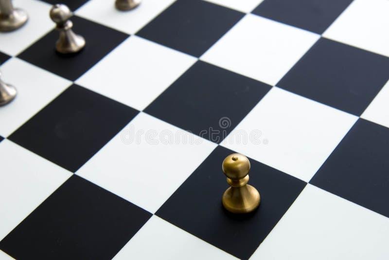 Παιχνίδι σκακιού - πιόνι μόνο στο μέτωπο στη σκακιέρα στοκ φωτογραφίες