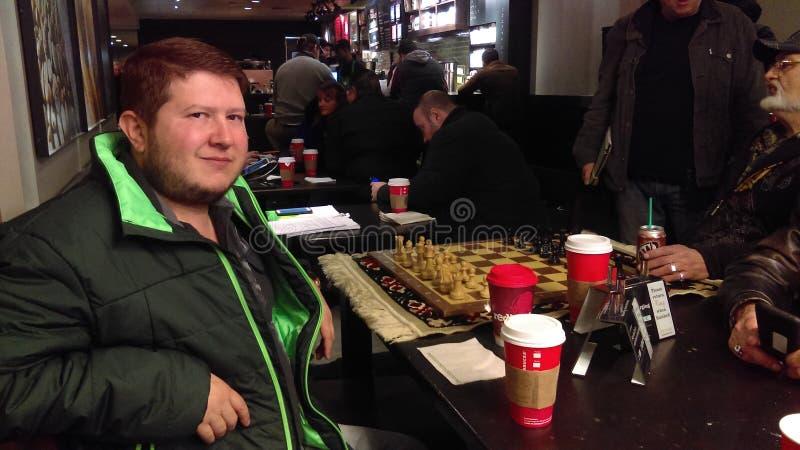 Παιχνίδι σκακιού στη Starbucks στην παραλία του Μπράιτον στοκ εικόνες