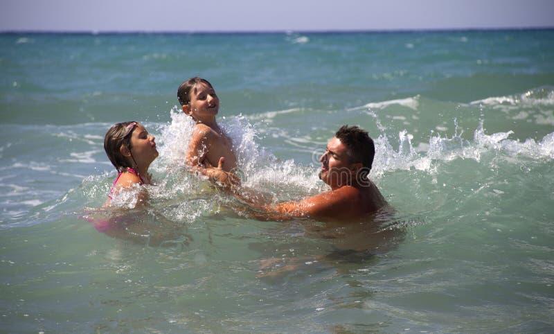 Παιχνίδι στη θάλασσα στοκ φωτογραφία με δικαίωμα ελεύθερης χρήσης