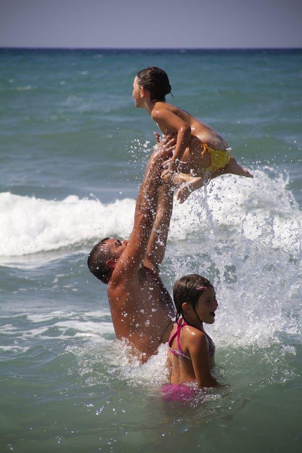 Παιχνίδι στη θάλασσα στοκ εικόνα