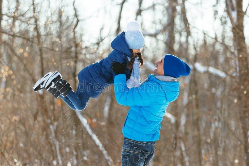 Παιχνίδι στο χιόνι το χειμώνα στοκ εικόνες