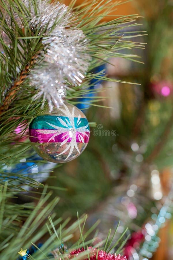 Παιχνίδι Χριστουγέννων στο χριστουγεννιάτικο δέντρο στοκ εικόνες