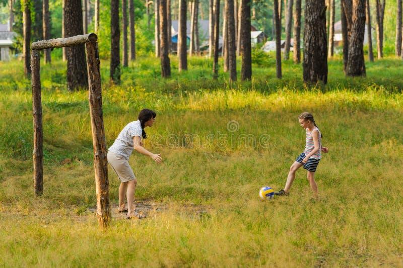 Παιχνίδι Mom και κορών στο ποδόσφαιρο στοκ φωτογραφία με δικαίωμα ελεύθερης χρήσης