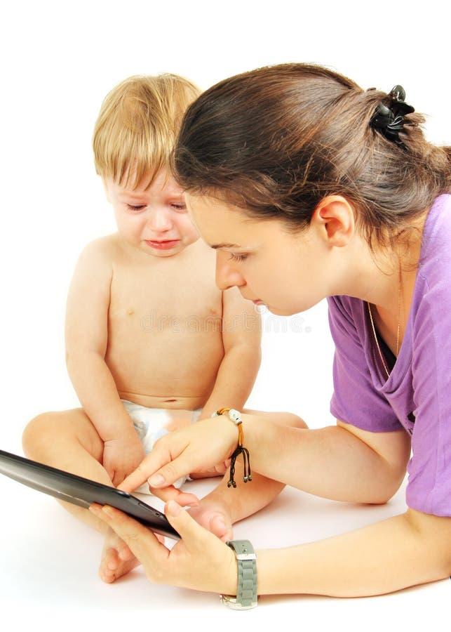 Παιδάκι στην ταμπλέτα. στοκ εικόνα με δικαίωμα ελεύθερης χρήσης