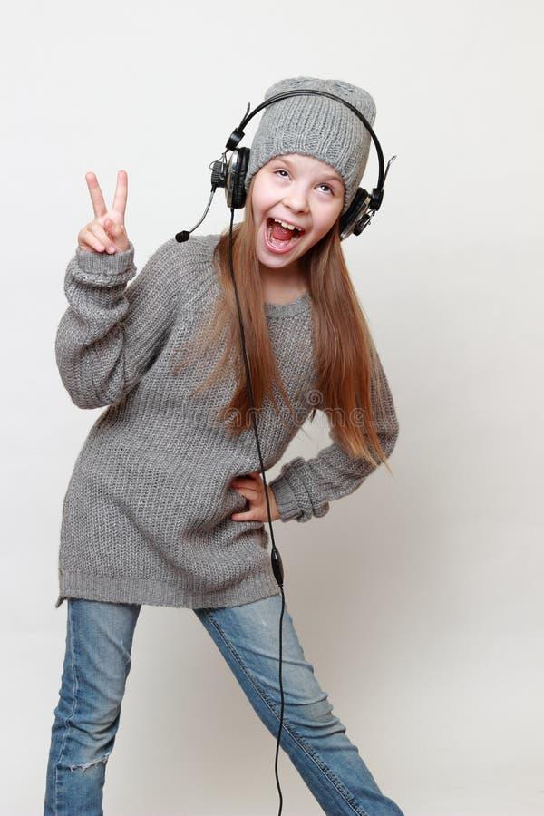 Παιδί και ακουστικά στοκ φωτογραφία