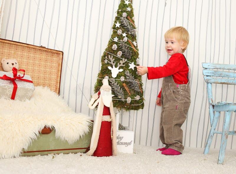 Παιδί και διακόσμηση Χριστουγέννων στοκ εικόνες με δικαίωμα ελεύθερης χρήσης