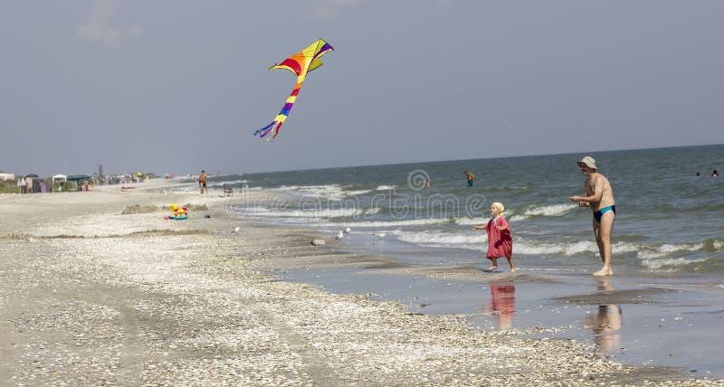 Παιδί και πατέρας στην παραλία στοκ εικόνες
