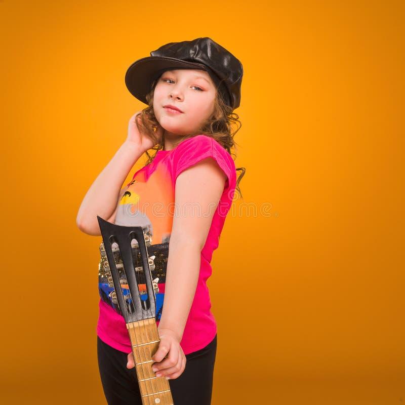 Παιδί κιθαριστών παιχνίδι κιθάρων κοριτσιών στοκ φωτογραφίες