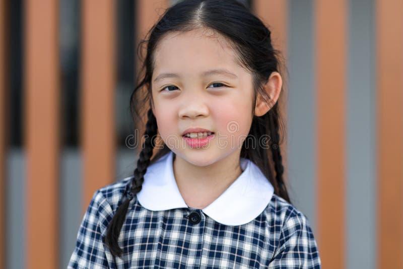 Παιδί, κορίτσι, στη σχολική στολή στοκ φωτογραφία με δικαίωμα ελεύθερης χρήσης