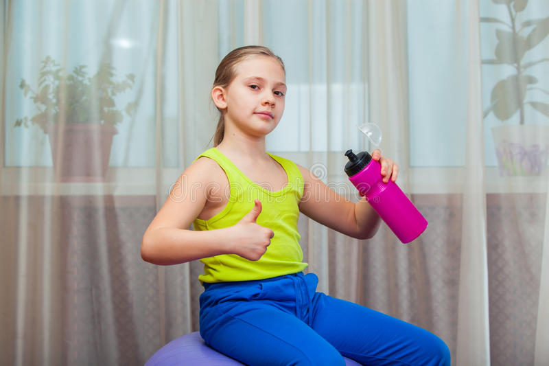 Παιδί με στη σφαίρα για το fittnesa στο σπίτι στοκ εικόνα με δικαίωμα ελεύθερης χρήσης