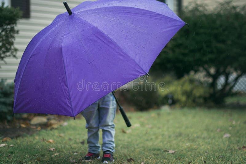 Παιδί με την ομπρέλα στοκ εικόνες