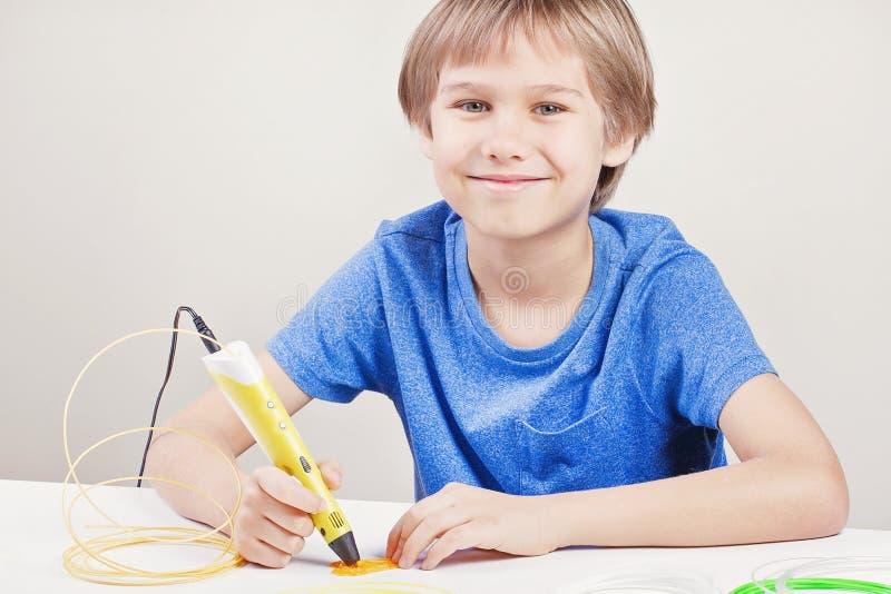 Παιδί με την τρισδιάστατη μάνδρα Δημιουργικός, τεχνολογία, ελεύθερος χρόνος, έννοια εκπαίδευσης στοκ φωτογραφίες με δικαίωμα ελεύθερης χρήσης