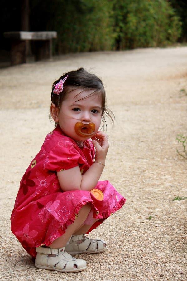 Παιδί με τον ειρηνοποιό στοκ φωτογραφίες
