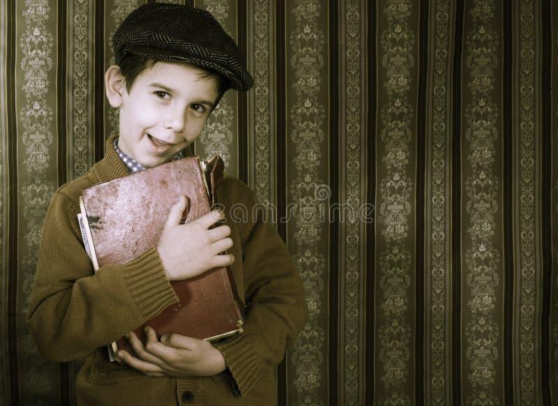 Παιδί με το κόκκινο εκλεκτής ποιότητας βιβλίο στοκ φωτογραφίες με δικαίωμα ελεύθερης χρήσης