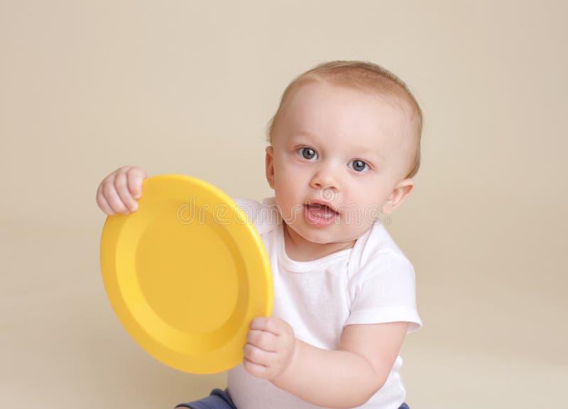 Παιδί με το πιάτο, την κατανάλωση μωρών και τη διατροφή στοκ φωτογραφία με δικαίωμα ελεύθερης χρήσης