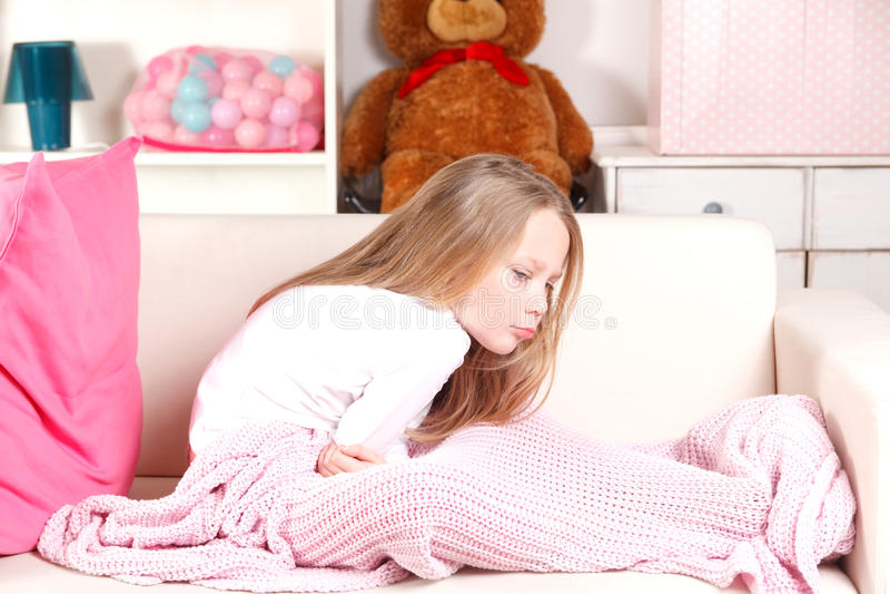 Παιδί με το στομαχόπονο στοκ φωτογραφίες