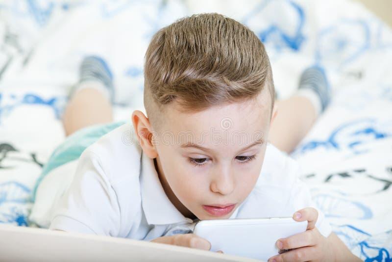 Παιδί με το spartphone στοκ εικόνα