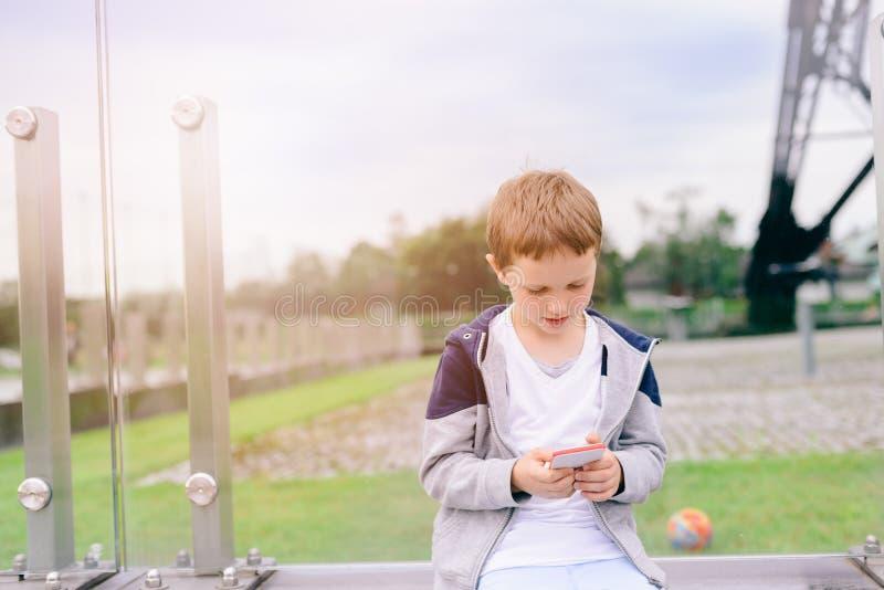 Παιδί μικρών παιδιών που παίζει τα κινητά παιχνίδια στο smartphone στοκ εικόνα με δικαίωμα ελεύθερης χρήσης