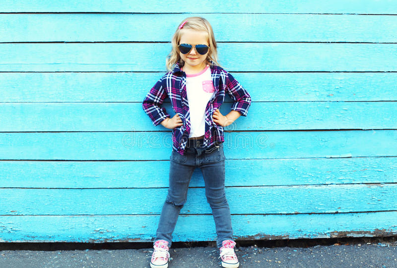 Παιδί μόδας στην πόλη, μοντέρνη φθορά παιδιών γυαλιά ηλίου στοκ φωτογραφία