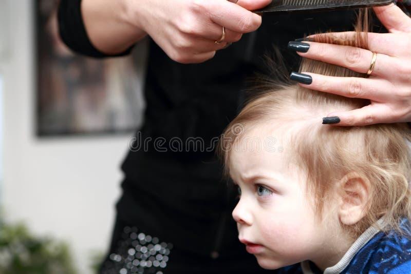 Παιδί που έχει έναν πρώτο χρόνο κουρέματος στοκ φωτογραφία με δικαίωμα ελεύθερης χρήσης