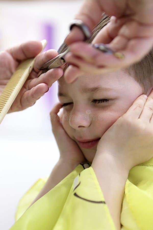 Παιδί που έχει ένα κούρεμα στοκ εικόνες με δικαίωμα ελεύθερης χρήσης