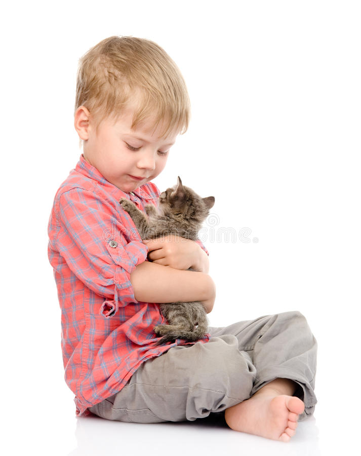 Παιδί που αγκαλιάζει ένα γατάκι η ανασκόπηση απομόνωσε το λευκό στοκ φωτογραφία με δικαίωμα ελεύθερης χρήσης