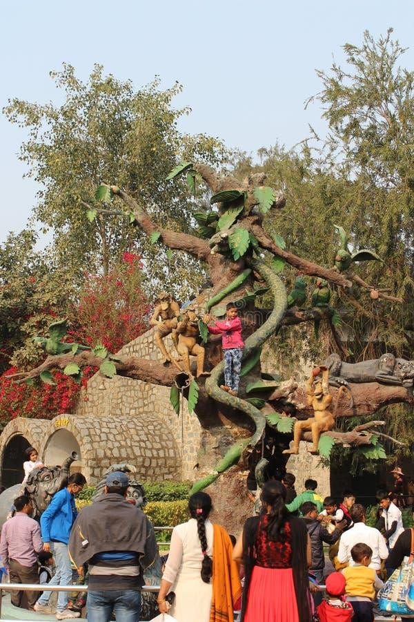 Παιδί που αναρριχείται σε ένα τεχνητό δέντρο στο πάρκο παιδιών ` s κοντά στην πύλη της Ινδίας, Νέο Δελχί, Ινδία στοκ φωτογραφίες με δικαίωμα ελεύθερης χρήσης