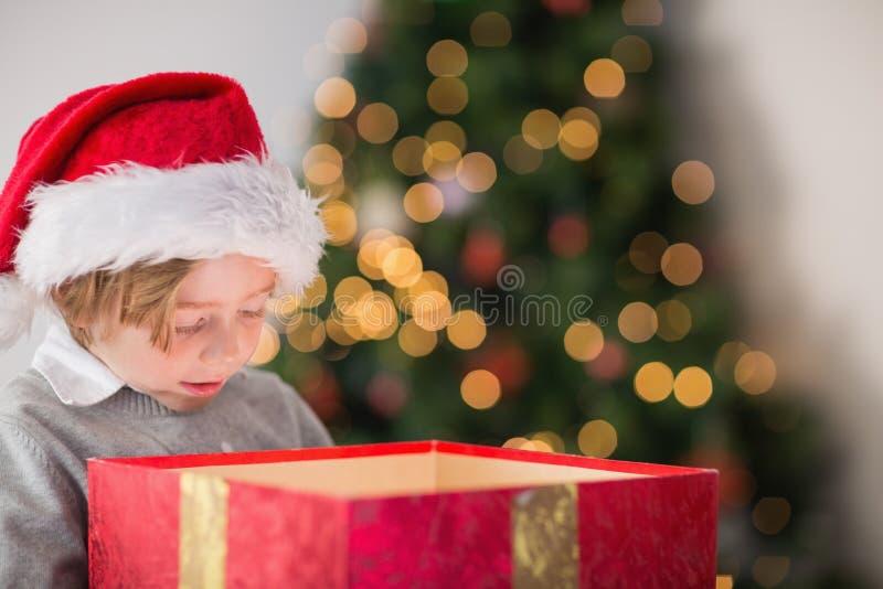 Παιδί που ανοίγει το χριστουγεννιάτικο δώρο του στοκ εικόνες με δικαίωμα ελεύθερης χρήσης