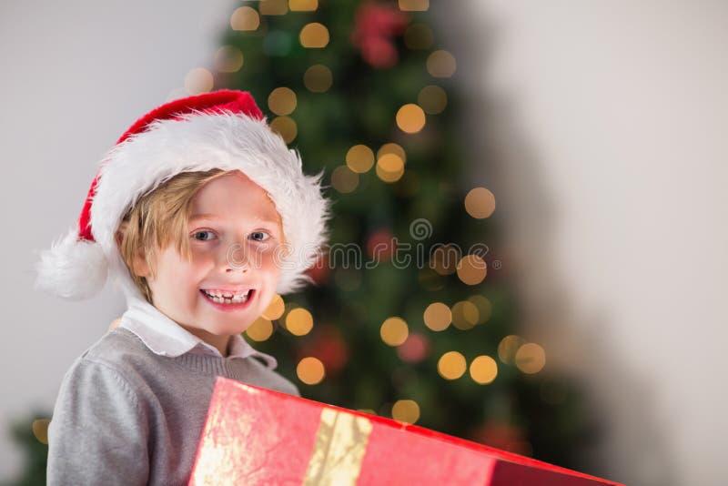 Παιδί που ανοίγει το χριστουγεννιάτικο δώρο του στοκ φωτογραφία με δικαίωμα ελεύθερης χρήσης