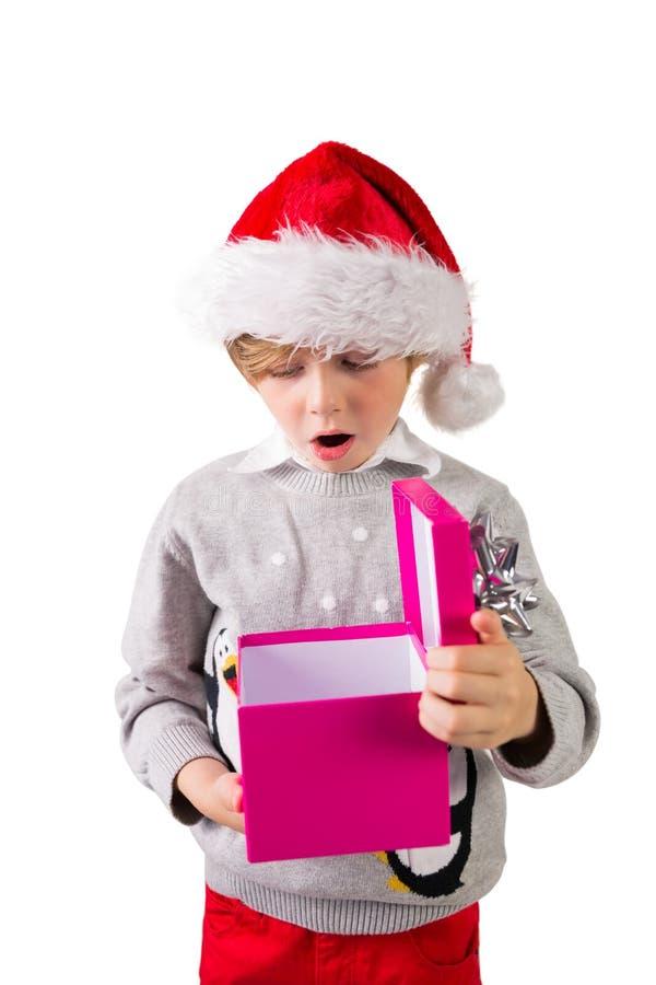 Παιδί που ανοίγει το χριστουγεννιάτικο δώρο του στοκ φωτογραφίες με δικαίωμα ελεύθερης χρήσης