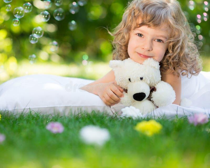 Παιδί που βρίσκεται στη χλόη στοκ εικόνες