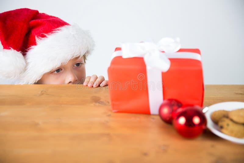 Παιδί που εξετάζει το χριστουγεννιάτικο δώρο στοκ φωτογραφία με δικαίωμα ελεύθερης χρήσης